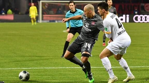 Zwei Fußballspieler im Kampf um den Ball.