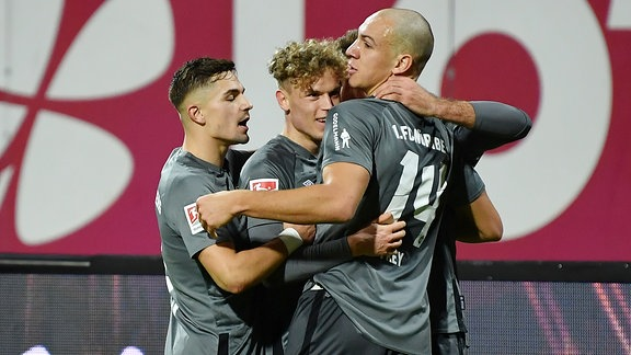 Torjubel Jubel Freude nach Treffer Tor Torschuß zum 1:0 durch Robin Hack 17