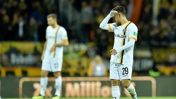 Sascha Horvath (Dresden) läuft unzufrieden über das Feld.