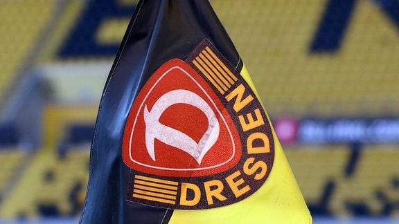Eckfahne mit Dynamo Emblem.