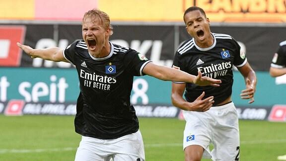Joel Pohjanpalo Hamburger SV re.bejubelt sein Tor zum 1:0 Jan Gyamerah Hamburger SV li.