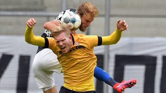 Kopfballduell zwischen Timo Letschert Hamburger SV hinten und Simon Makienok SG Dynamo Dresden vorn.