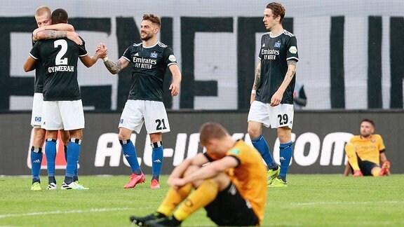 Jubel über den Sieg, Dresdens Spieler enttäuscht.