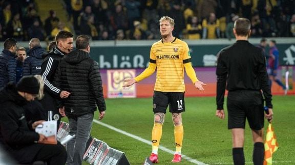 Dresdens Simon Makienok wird von Schiedsrichter Michael Bacher mit der roten Karte vom Feld geschickt.