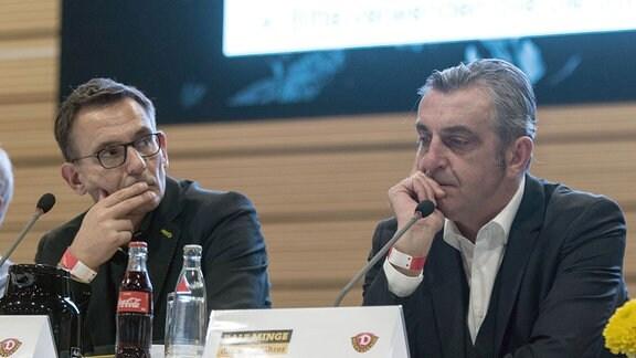 Kaufmännischer Geschäftsführer Michael Born (links) und Sportgeschäftsführer Ralf Minge bei der Mitgliederversammlung von Dynamo Dresden.