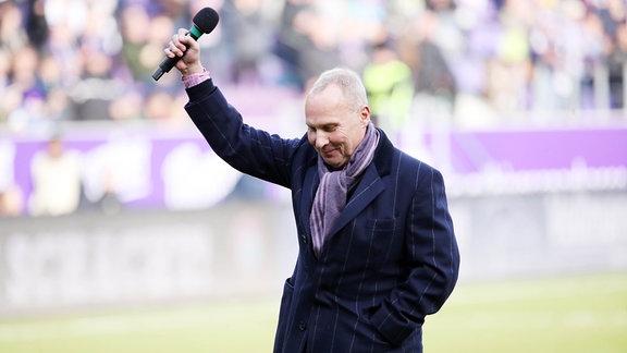 Präsident Helge Leonhardt, Erzgebirge Aue, mit einer Ansprache an die Fans