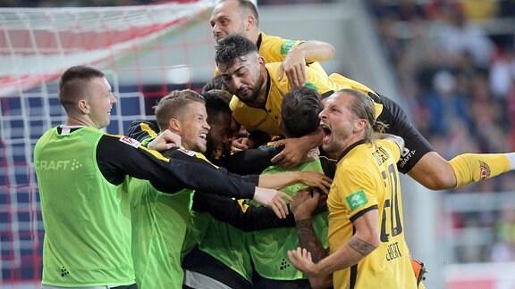 Jubel nach dem 0:2 von Dario Dumic (Dynamo)