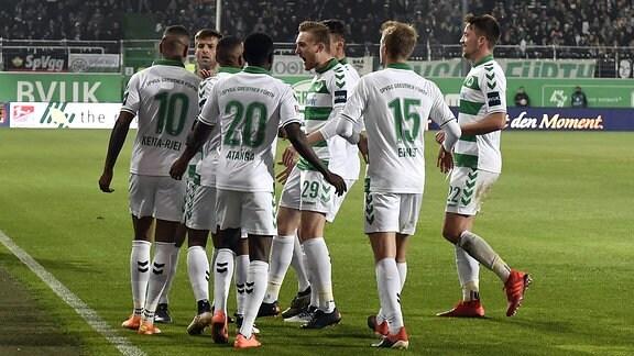 Freude nach Treffer zum 1:0 durch Daniel Keita-Ruel (10. SpVgg Greuther Fürth).