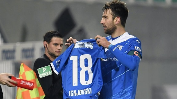 Freude nach zum 1:1 durch Christian Beck. Er jubelt mit dem Trikot von Aleksandar Ignjovski 18 1.FC Magdeburg.