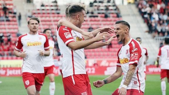 Tor für Jahn Regensburg. Max Besuschkow 7, Regensburg trifft zum 2:0 und jubelt mit Erik Wekesser 13, Regensburg.