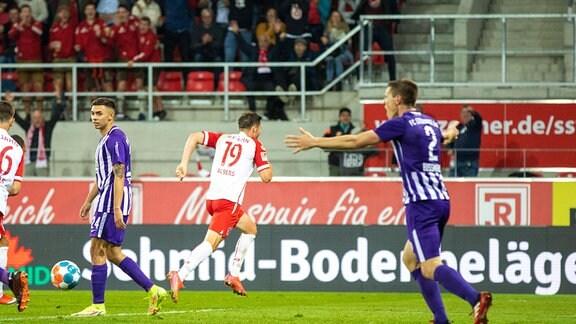 Jubel nach dem 3:2 für den SSV Jahn Regensburg durch Andreas Albers