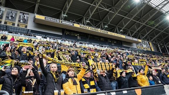 Fans im Rudolf-Harbig-Stadion Dresden