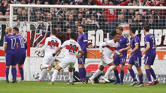 Tor für Stuttgart zum 1:0. Daniel Didavi (re., 10, Stuttgart) hat gegen Torhüter Martin Männel / Maennel (1, Aue) getroffen.