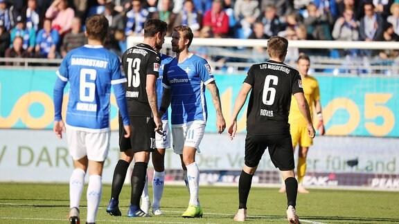 Dennis Erdmann (Magdeburg) im Streit mit Tobias Kempe (SV Darmstadt 98).