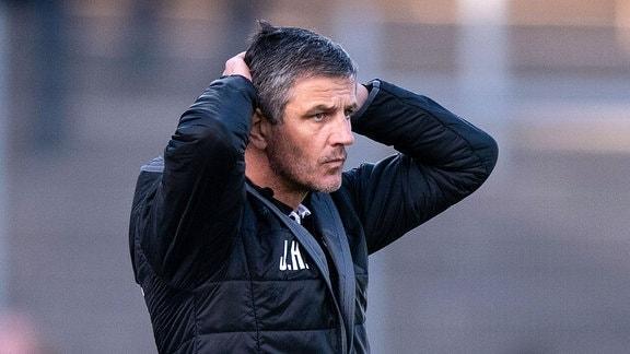 Trainer Jens Härtel (1.FC Magdeburg) enttäuscht schauend.