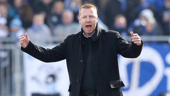 Trainer Maik Walpurgis (SG Dynamo Dresden) gibt Anweisungen und gestikuliert mit den Armen.