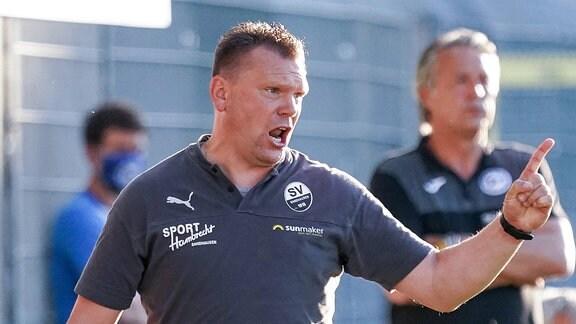 Uwe Koschinat Trainer, Cheftrainer, SVS, gibt Anweisungen, gestikuliert, mit den Armen