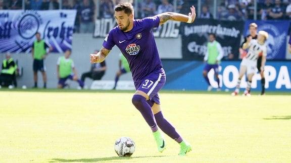 Pascal Testroet (FC Erzgebirge Aue) am Ball