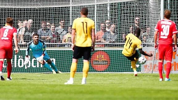 Moussa Kone schießt einen Elfmeter.
