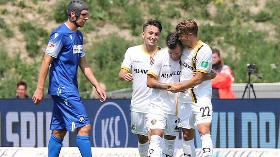 Sascha Horvath (Dresden, 29) bejubelt seinen Treffer zum 0-1 mit Patrick Moeschl (Dresden, 22)