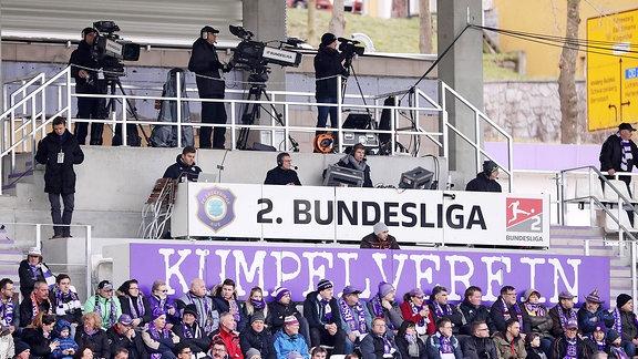 TV-Kameras und Reporter im Erzgebirgsstadion in Aue
