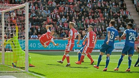 1. FC Union Berlin - 1. FC Magdeburg, Grischa Prömel (2. v. l., 1. FC Union Berlin) erzielt das Tor zum 1:0 gegen Torwart Giorgi Loria (1. FC Magdeburg)