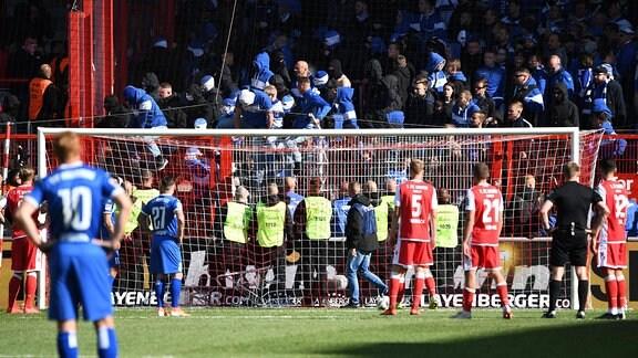 Fans aus Magdeburg versuchen in Blöcke der Fans von Union vorzudringen.