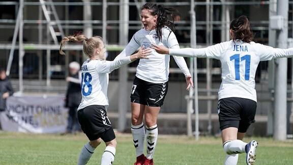 Annika Graser (Jena, 18), Torschützin Lisa Seiler (Jena, 17), Leonie Kreil (Jena, 11), jubeln über das Tor zum 0:2