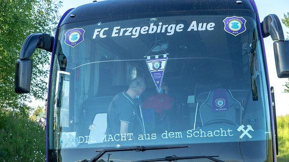 Der Mannschaftsbus des FC Erzgebrige Aue