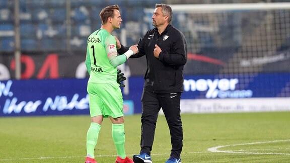 Torwart Manuel Riemann diskutiert mit Trainer Thomas Reis.