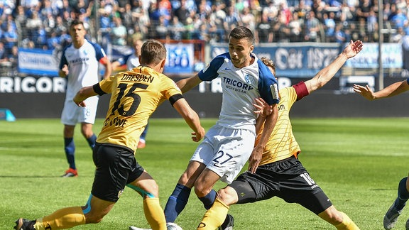 im Zweikampf Chris Löwe ( 15, Dynamo Dresden) und Milos Pantovic ( 27, VfL Bochum)