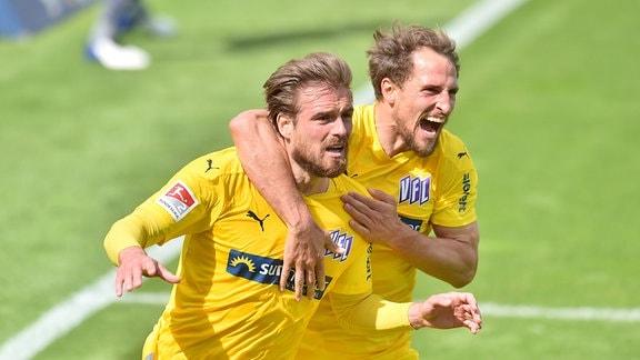 Torschütze Christian Santos Osnabrueck jubelt nach seinem Tor zum 1:0 mit Ulrich Taffertshofer Osnabrueck