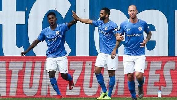 Tor für Rostock, v.l.: Merveille Biankadi (17, Rostock) und Cebio Soukou (7, Rostock) bejubeln den Treffer zum 1:0.