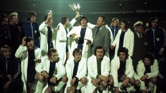 Europacupsieger der Pokalsieger 1974 1. FC Magdeburg hi.v.li.: Co Trainer Günter Konzack, Funktionär Günter Behne, Siegmund Mewes, Wolfgang Abraham, Manfred Zapf, Wolfgang Seguin, Trainer Heinz Krügel, Torwart Bernd Dorendorf, Detlef Enge, Ordner, ...