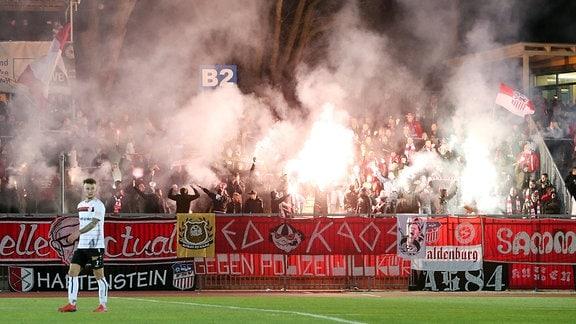 Fans vom FSV Zwickau zünden Pyrotechnik in ihrem Fanblock