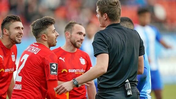 Marcus Godinho FSV Zwickau 2 diskutiert mit Schiedsrichter Florian Exner nach gelb roter Karte