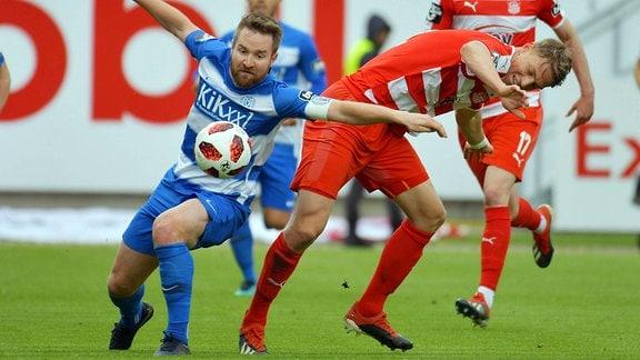 Thilo Leugers (SV Meppen 8) gegen Lion Lauberbach (FSV Zwickau 18)