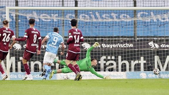Tor für München zum 1:0. Im Bild: Phillipp Steinhart, nicht im Bild, trifft gegen Torwart Kevin Broll.