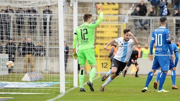 Aaron Berzel TSV 1860 München jubelt nach dem Tor