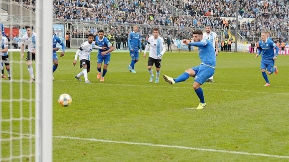 Jürgen Gjasula 1.FC Magdeburg erziehlt das Tor zum 1:1