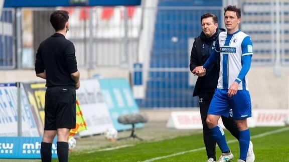Magdeburgs Alexander Bittroff muss vom Platz. v.l. Trainer Christian Titz (1.FC Magdeburg) und Alexander Bittroff (1. FC Magdeburg)