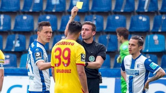 Aziz Bouhaddouz (MSV Duisburg) bekommt die gelbe Karte