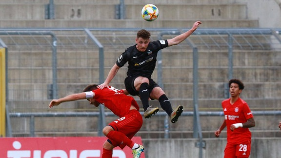 Maximilian Welzmüller rot FC Bayern II gegen Leon Jensen FSV Zwickau
