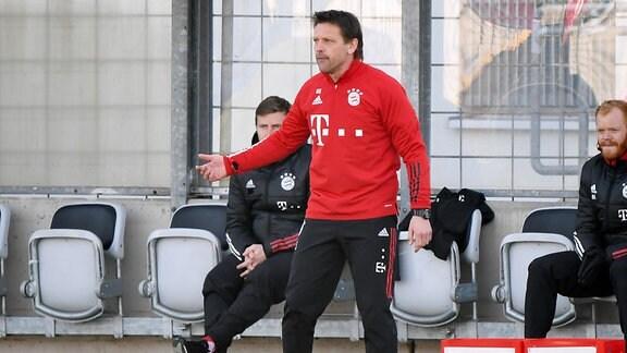 Cheftrainer Holger Seitz FC Bayern München II gibt Anweisungen