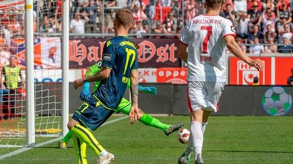 Marco Hiller (Torwart, TSV 1860 München) spitzelt den Ball von Bentley Baxter Bahn (HFC) gerade noch weg im Spiel des HFC Hallescher FC vs. TSV 1860 München