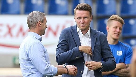 Im Gespräch - Assistent der Geschäftsführung Maik Franz (re.) und Sportdirektor Mario Kallnik (1. FC Magdeburg)