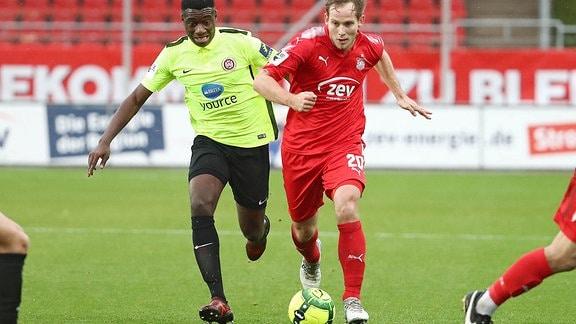 v.l.: Agyemang Diawusie (Wiesbaden) gegen Rene Lange (Zwickau)