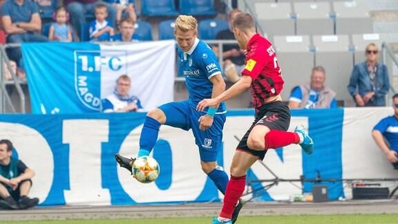 Roland Sallai (Freiburg) (r.) Dominik Ernst (FCM)