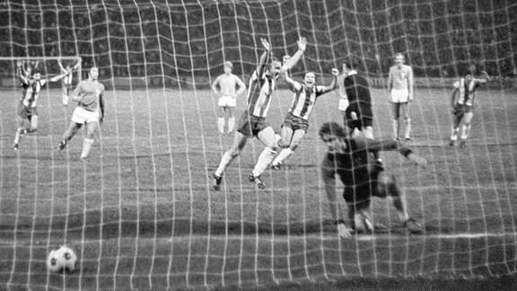Joachim Streich bejubelt das 2:1 im Spiel gegen Malmö FF im Europapokal der Landesmeister 1975/76