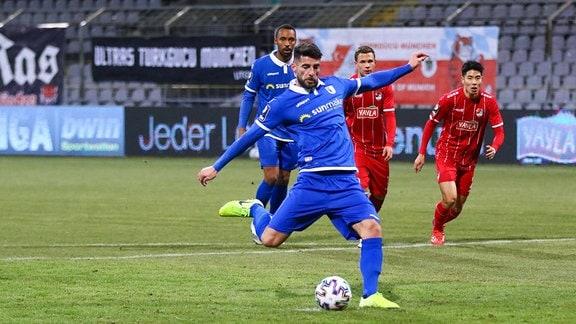 Jürgen Gjasula macht das Tor zum 2:1 per Elfmeter